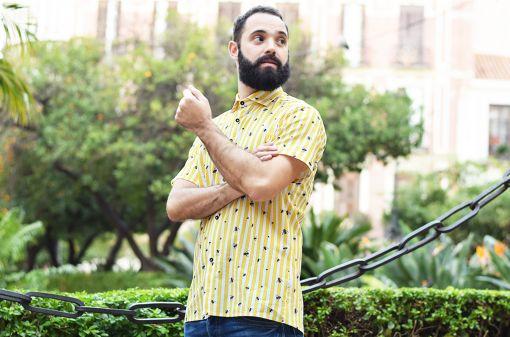 Camisa estampada, de manga corta, hecha en algodón orgánico, con estampado de moscas y rayas amarillas.