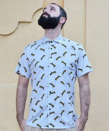Camisa estampada, d emanga corta, hecha en algodón orgánico, con estampado de tigres sobre fondo gris.