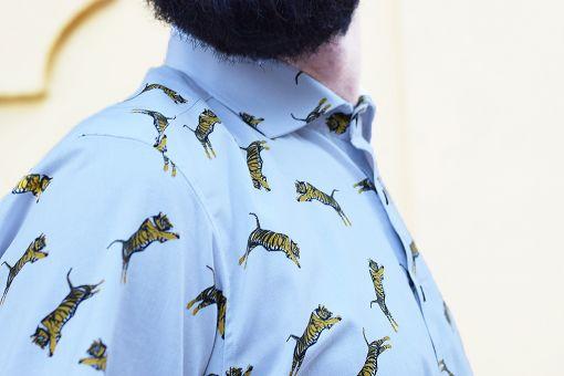 Camisa estampada, de manga corta, hecha en algodón orgánico, con estampado de tigres sobre fondo gris.