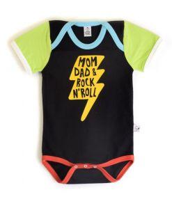 """Body de bebé, de manga corta, con mensaje divertido """"Mom&Dad and rock'n'roll"""" sobre fondo negro. Es unisex y de algodón orgánico."""