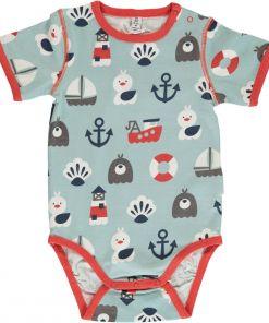 Body estampado, de bebé, de manga corta, hecho en algodón orgánico, con motivos marineros sobre fondo celeste y vivos en color rojo.