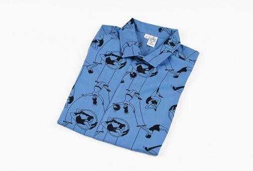 Camisa infantil Acróbatas, una camisa de niño, de manga corta, hecha en algodón orgánico, con estampado de acróbatas vintage sobre fondo azul.