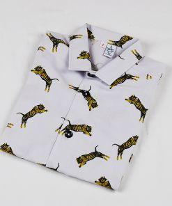 Camisa infantil Tigres, una camisa de niño, de algodón orgánico, con estampado de tigre sobre fondo gris.