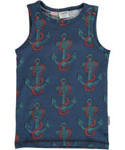 Camiseta de tirantes, de niño, de algodón orgánico con estampado de anclas sobre fondo azul. Es una prenda unisex