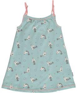Vestido de tirantes, hecho en algodón orgánico, con bonito estampado de focas sobre fondo azul. Los tirantes son de color rosa y se pueden regular a la altura de la niña.