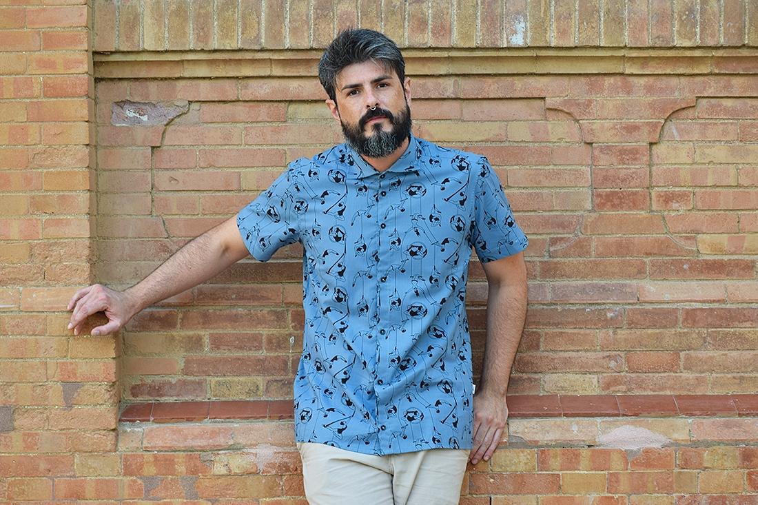 Camisa estampada - Festive Shirt Trapecistas, hecha en algodón orgánico, con bonito estampado de acróbatas vintage sobre fondo azul. Es una camisa de hombre, con bajo recto, canesú y cuello italiano.
