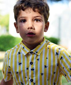 Camisa de niño, de manga corta, de algodón orgánico, con estampado de rayas amarillas y moscas.