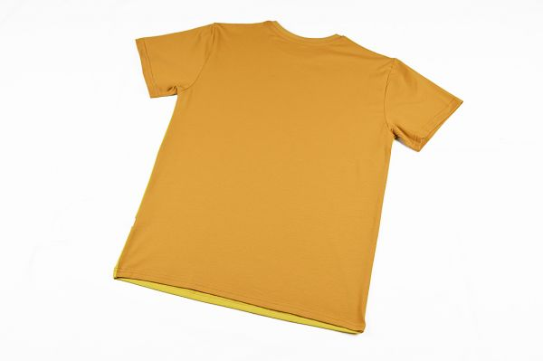 Camiseta color block curry, de adulto, hecha en punto de algodón orgánico y de manga corta. El delantero es de color curry y las mangas y el trasero color ocre.