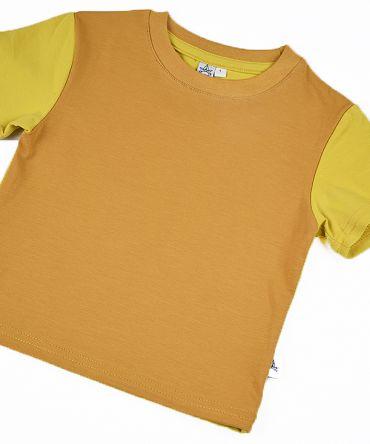 Camiseta infantil Ocre, de manga corta, hecha en punto de algodón con delantero color ocre y mangas y trasero color curry.