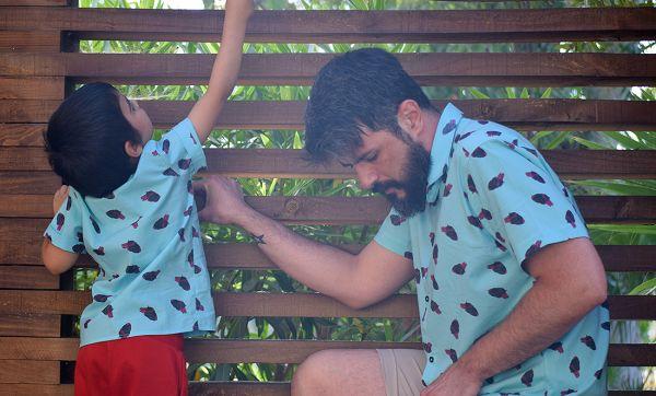 Camisa infantil con estampado de corazones sobre fondo turquesa. Hecho en algodón orgánico y de manga corta.