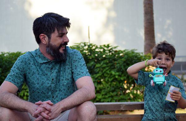 Camisa estampada - Festive Shirt Tatu verde, hecha en algodón orgánico, con bonito estampado con motivos old school sobre fondo verde. Es una camisa de hombre, de bajo recto, canesú y cuello italiano.