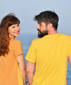 Conjunto de camiseta de hombre y vestido de mujer combinando color ocre y curry. Hecho en algodón orgánico.