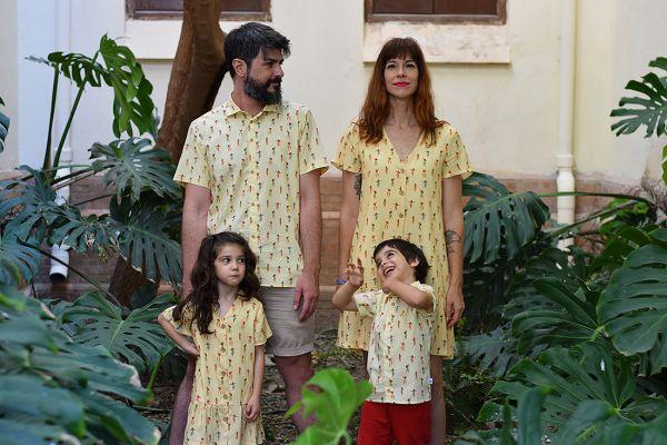 Conjunto de vestidos y camisas infantiles y de adulto con estampado de chicas hula.