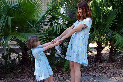 Conjunto de vestidos de niña y de mujer con estampado geométrico.