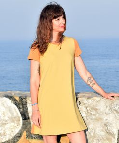 Vestido Color Block Curry, de manga corta y algodón orgánico, con delantero en color curry y mangas y trasero en ocre. Es una prenda hecha en España.