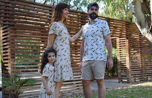 Conjunto de camisas y vestidos infantiles y de adulto con estampado de tigres.