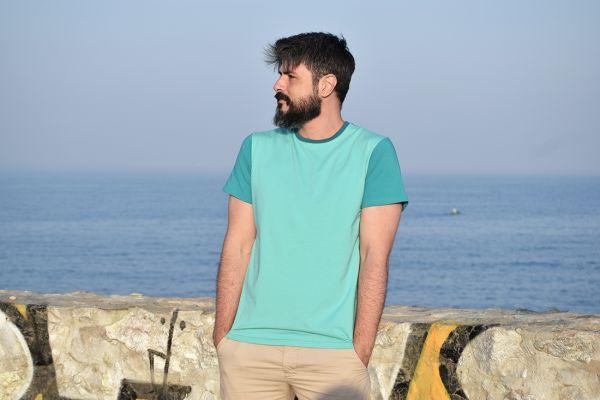 Camiseta color block mint, hecha en punto de algodón orgánico y de manga corta. El delantero es de color mint y las mangas y el trasero color esmeralda.