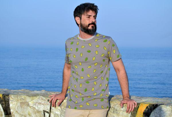 Camiseta estampada Aguacate, hecha en punto de algodón con divertido y fresco estampado de aguacates sobre fondo gris. Hecho en España.