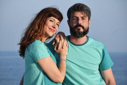 Conjunto de camiseta de hombre y vestido de mujer en tonos azules, combinado delantero en un tono y mangas y trasero en otro. Tendencia color block. Hecho en algodón orgánico. Hecho en España.