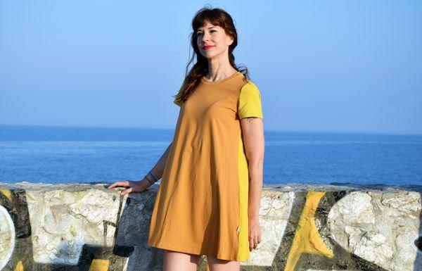 Vestido Color Block Ocre, de manga corta y algodón orgánico, con delantero en color ocre y mangas y trasero en curry. Es una prenda hecha en España.