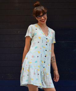 Vestido estampado de mujer, de manga corta, hecho en viscosa, con bonito estampado de figuras geométricas. Hecho en España