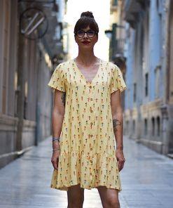 Vestido estampado Hula, de manga corta, hecho en viscosa, con bonito estampado de chicas hula sobre fondo vainilla. Hecho en España