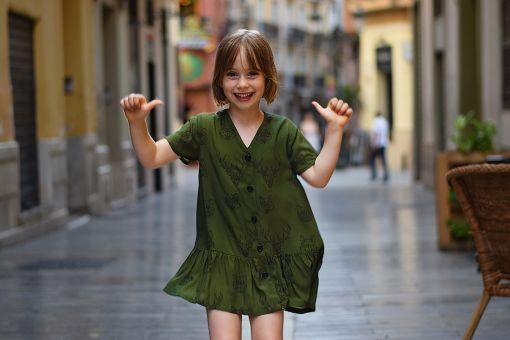 Vestido infantil Animales hecho en viscosa, de manga corta, con estampado de animales sobre fondo verde. Hecho en España.