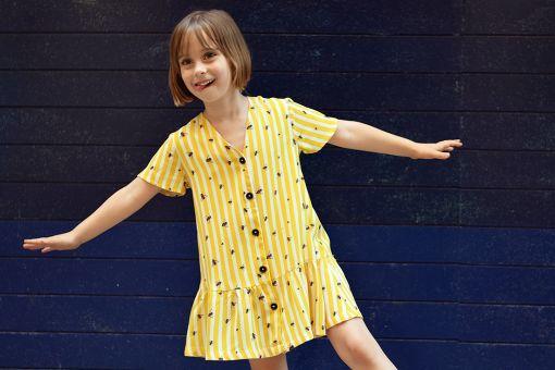 Vestido infantil Moscas, hecho en viscosa, de manga corta, con estampado de moscas y rayas amarillas. Hecho en España de manera sostenible.