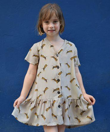 Vestido infantil Tigres, de manga corta, hecho en viscosa, con estampado de tigres sobre fondo piedra.