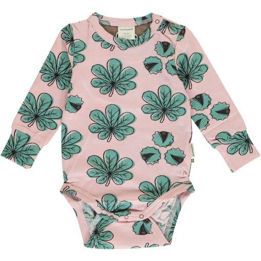 Body estampado de bebé, hecho en algodón orgánico, de manga larga, con bonito estampado de hojas de castaño sobre fondo rosa.