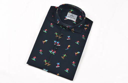 Camisa estampada - Festive Shirt Esquiadores, hecha en algodón orgánico, con bonito estampado de esquiadores sobre fondo negro.