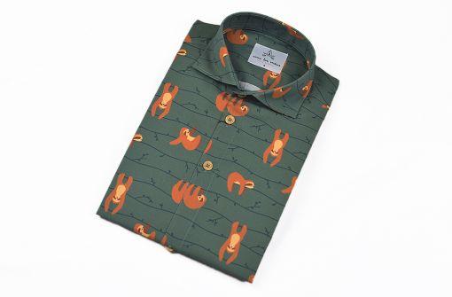 Camisa estampada - Festive Shirt Perezosos, hecha en algodón orgánico, con bonito estampado de perezosos sobre fondo verde.
