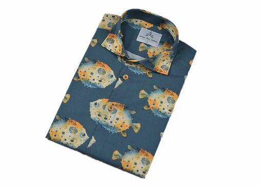Camisa estampada - Festive Shirt Pez globo, hecha en algodón orgánico, con bonito estampado de peces globo sobre fondo gris.