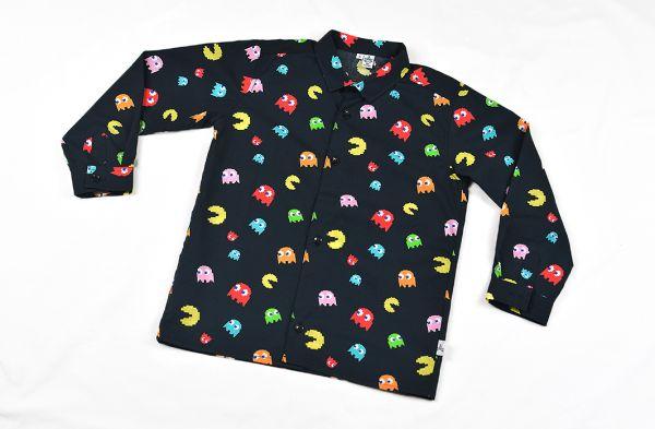 Camisa infantil hecha en algodón orgánico con bonito estampado de comecocos sobre fondo negro. Es de manga larga y bajo recto.