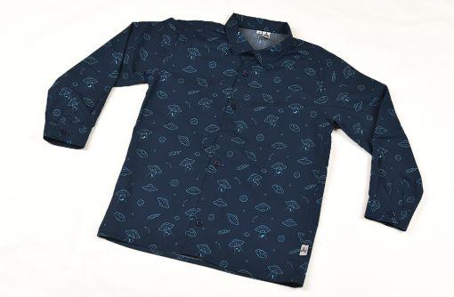 Camisa infantil hecha en algodón orgánico con bonito estampado de platillos sobre fondo navy. Es de manga larga y bajo recto.