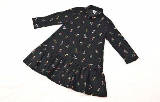 Vestido infantil de manga larga, hecho en algodón orgánico, con bonito estampado de esquiadores sobre fondo negro. Hecho en España.