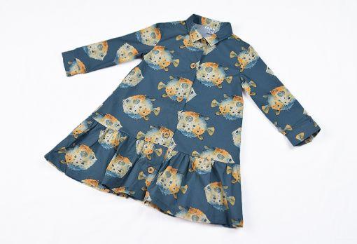 Vestido infantil de manga larga, hecho en algodón orgánico, con bonito estampado de peces globo sobre fondo gris. Hecho en España.