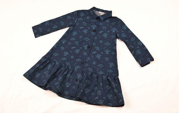 Vestido infantil de manga larga, hecho en algodón orgánico, con bonito estampado de platillos sobre fondo navy. Hecho en España.