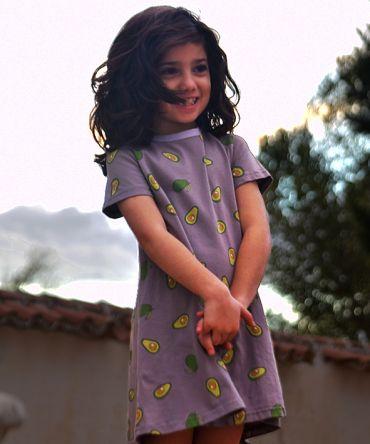 Vestido infantil Aguacate, hecho en algodón orgánico, de manga corta, con estampado de aguacates sobre fondo gris. Hecho en España.