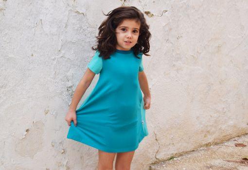 Vestido infantil Emerald, hecho en algodón orgánico, de manga corta, combina color esmeralda en el delantero y color mint en mangas y trasero.