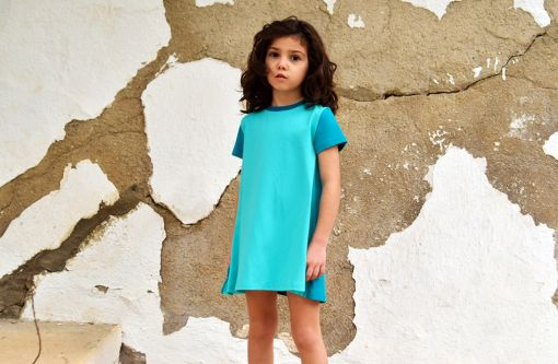Vestido infantil Mint, hecho en algodón orgánico, de manga corta, combina color mint en el delantero y color emerald en mangas y trasero. Hecho en España.