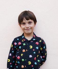 Camisa infantil estampada, de manga larga. Camisa de niño hecha en algodón orgánico con estampado de comecocos sobre fondo negro. Es una prenda sostenible hecha en España.