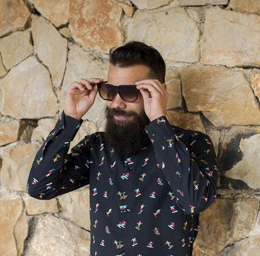 Camisa estampada de hombre, de manga larga. Hecha en algodón orgánico con estampado de esquiadores sobre fondo negro.