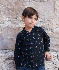 Camisa infantil estampada, de manga larga. Camisa de niño hecha en algodón orgánico con estampado de esquiadores sobre fondo negro. Es una prenda sostenible hecha en España.