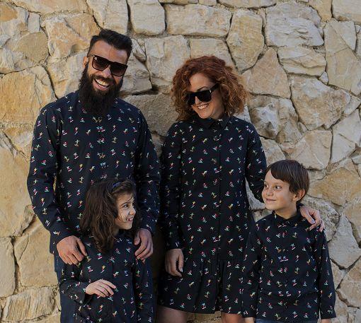 Conjunto de prendas para vestir a juego con tu familia: camisas de hombre y niño y vestidos camiseros de mujer y niña, de manga larga, hechos en algodón orgánico con estampado de esquiadores.