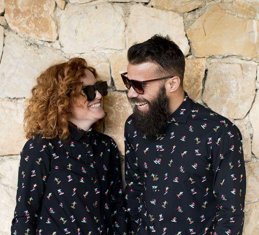 Conjunto de vestido camisero de mujer y camisa de hombre, de manga larga, hechos en algodón orgánico con estampado de esquiadores.