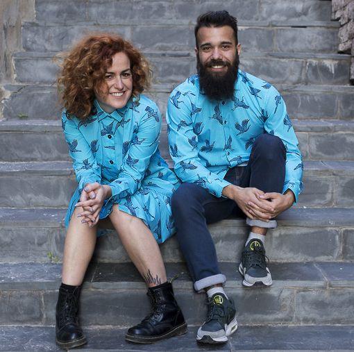 Conjunto de vestido camisero de mujer y camisa de hombre, de manga larga, hechos en algodón orgánico con estampado de grullas.