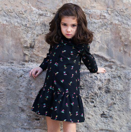Vestido infantil camisero, de manga larga, hecho en algodón orgánico con estampado de esquiadores. Vestido de niña hecho en España.