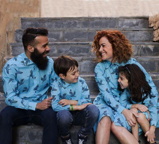 Conjunto de prendas para vestir a juego con tu familia: camisas de hombre y niño y vestidos camiseros de mujer y niña, de manga larga, hechos en algodón orgánico con estampado de grullas.