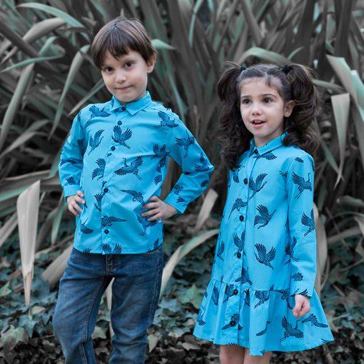 Conjunto de camisa de niño y vestido camisero de niña, de manga larga, hechos en algodón orgánico con estampado de grullas.